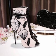 Image discovered by www_mina. Find images and videos about fashion, shoes and flowers on We Heart It - the app to get lost in what you love. Dream Shoes, Crazy Shoes, Me Too Shoes, Heeled Boots, Bootie Boots, Shoe Boots, Ankle Boots, Zapatos Shoes, Shoes Heels