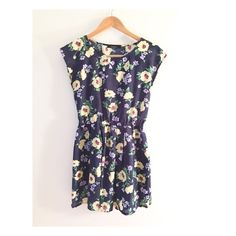 Floral dress Cute and comfortable dress!! Perfect condition. It's small but fits like a medium. No trade✖️ Dresses Midi