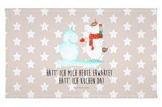 Gäste Handtuch Einhorn Schneemann aus Kunstfaser  Natur - Das Original von Mr. & Mrs. Panda.  Das wunderschöne Gästehandtuch von Mr. & Mrs. Panda wird liebevoll von uns bedruckt und hat die Größe 30x50 cm.    Über unser Motiv Einhorn Schneemann  Das Winter-Einhorn macht richtig Lust auf den ersten Schnee. Schon mal probiert, sich ein Ebenbild aus Schnee zu bauen? Dann wird es aber Zeit. Aber nicht den Kuchen für den Doppelgänger vergessen!    Verwendete Materialien  Die verwendete sehr…