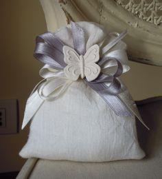 Saccotto puro lino bianco con doppi fiocchi in raso e farfalla in gesso profumato Mathilde M.  Completa di n.5 confetti in scatolina in PVC