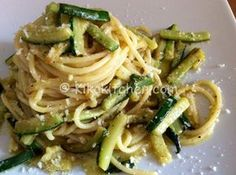 La carbonara di zucchine è la versione rivisitata in chiave vegetariana della classica pasta alla carbonara con il guanciale o la pancetta.