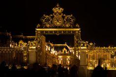 La nouvelle grille dorée du Château de Versailles.
