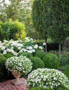 54 Relaxing Topiary Garden Ideas To Decorate In Style - Pflanzideen Garden Show, Dream Garden, Formal Gardens, Outdoor Gardens, Amazing Gardens, Beautiful Gardens, Beautiful Flowers, Landscape Design, Garden Design