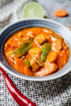 Rotes Curry mit Moehren, Pilzen und Zuckerschoten.