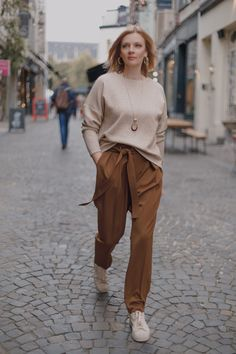 Buy the Viktor Trousers sewing pattern from Lenaline Patterns. These trousers can be worn with a t-shirt but also look great with a blouse and heels. Dress Making Patterns, Sewing Blogs, Sewing Projects, Office Looks, Work Looks, Pli, Pants Pattern, Fashion Fabric, Chambray