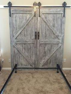 Tailor-made barn door headboard queen with by MakeItBuildItLoveIt barnhomes ru .Tailor-made barn door headboard with queen by MakeItBuildItLoveIt barnhomes rustic barn money-saving DIY headboard ideas worth trying out for every home - SimphomeBarn door Diy Barn Door Plans, Making Barn Doors, Barn Door Track, Inside Barn Doors, Interior Barn Doors, Rustic Barn Doors, Barnwood Doors, Barn Wood, Barn Door Hardware