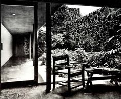 Vista de un patio interior, Casa Bernardo Quintana, calle de Colegio 300, Jardines del Pedregal, Ciudad de México  1956  Arq. Enrique del Moral  Foto: Guillermo Zamora -   View of an interior courtyard, Casa Bernardo Quintana, calle de Colegio 300, Gardnes of Pedregal, Mexico CIty 1956