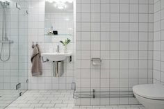 Tile Inspiration – How To Give Your Bathroom A Touch Of Scandi Style – School of Tile Flat Interior Design, Scandinavian Interior Design, Scandinavian Style, Bad Inspiration, Bathroom Inspiration, Scandinavian Bathroom, Flat Ideas, Scandi Style, Interiores Design