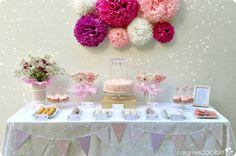 Mira qué mesa de  dulces tan bonita de  Caramel Cookie. No le falta detalle: banderines, pompones, etiquetas.... #bautizo #comunion #ideasbautizo #mesadedulces