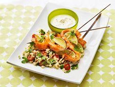 Lohivartaat ja tomaatti-couscous | Valio Couscous, Fish And Seafood, Fresh Rolls, Cobb Salad, Cantaloupe, Good Food, Healthy Recipes, Meat, Baking