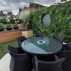 Vibrant funky roof terrace with artificial green wall by The Garden Builders Roof Terrace Design, Roof Design, Exterior Design, House Design, Pergola Plans, Diy Pergola, Pergola Ideas, Corner Pergola, Metal Pergola
