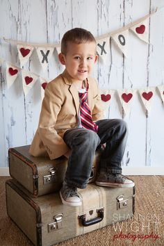 Idea With Suitcases. Photography Mini Sessions, Holiday Photography, Woods Photography, Toddler Photography, Cute Photography, Photography Studios, Valentine Mini Session, Valentine Picture, Valentines Day Pictures