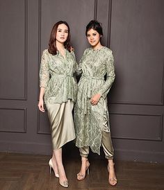 Source by brokat Kebaya Modern Hijab, Dress Brokat Modern, Model Kebaya Modern, Kebaya Hijab, Kebaya Lace, Kebaya Dress, Dress Pesta, Hijab Dress Party, Pakistani Formal Dresses