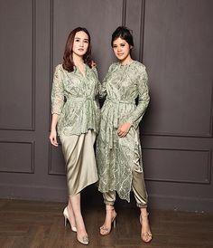 Source by brokat Kebaya Modern Hijab, Dress Brokat Modern, Model Kebaya Modern, Kebaya Hijab, Kebaya Lace, Kebaya Dress, Dress Pesta, Traditional Fashion, Traditional Dresses