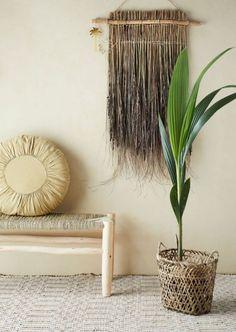 Op zoek naar een gaaf wandkleed om jouw interieur een echte boost te geven? Dan is het wandkleed Grass precies wat je nodig hebt. Het wandkleed Grass is gemaakt van natuurlijke bamboe en is een echte eye catcher. House Plants Decor, Plant Decor, Straw Broom, Wooden Bar Stools, Moving Furniture, Bamboo Basket, Wall Backdrops, Soft Furnishings, Scandinavian Design