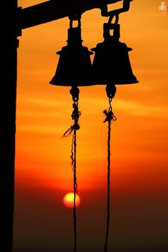 bells in silhouette. Temple Bells, Silhouette Photography, Object Photography, Foto Art, Jolie Photo, Its A Wonderful Life, Mellow Yellow, Beautiful Sunset, Scenery
