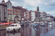 Wonderful Color Photographs of Dublin: In American photographer Charles Cushman visited Ireland & captured wonderful photos of its capital, Dublin, on color slides. Old Pictures, Old Photos, Vintage Photos, Then And Now Photos, Photo Engraving, Dublin City, Family Travel, Ireland, Street View