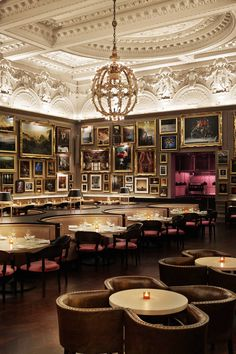 VISIT FOR MORE Berners Tavern Jason Athertons brilliant restaurant on the ground floor of fashion-focused London Edition Hotel. The post Berners Tavern Jason Athertons brilliant restaurant on the ground floor of f appeared first on street. Cafe Restaurant, Cafe Bar, Luxury Restaurant, Restaurant Lighting, Restaurant Interior Design, Restaurant Interiors, Andreas Restaurant, Luxury Cafe, Classic Restaurant
