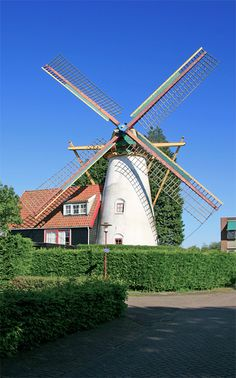 't Welvaaren van Grijpskerke is een voormalige korenmolen in Grijpskerke in de Nederlandse provincie Zeeland. De huidige molen werd in 1801 gebouwd nadat een voorganger, een standerdmolen, was omgewaaid. Bij een storm in 1945 verloor de molen zijn wiekenkruis. Ook werd de molen daarna verder onttakeld waarna slechts een stenen molenromp overbleef. De romp werd rond 1982 als woning ingericht. In 1997 werd de molen van een kap en nieuwe roeden voorzien. Door de aangebouwde woning en het…