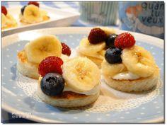 건강과일 바나나는 사철 인기가 높습니다~ 바나나는 열을 내려주는 효능이 있어더운 여름에 더욱 어울리는 과일입니다 달콤한 바나나를 분위기있는 디저트로 만들었습니다 너무 쉬운 바나나 타르트~오븐이 없어도 뚝딱 만들 수 있습니다^^* 재료: 바나나3개, 샌드위치용 식빵5장, 오일 약간, 까망베르치즈 적당히,레몬즙1작은술블루베리, 냉동산딸기, 오디 약간씩준비: 지...
