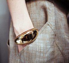 Pantalon large masculin + large bracelet doré = un bon mix des genres