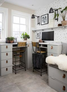 Effortless Ways To Make The Most Of Your Shoe Box Bedroom. The best organization and storage hacks to keep your small room stylish and tidy. Bureau Design, Living Room Decor, Living Spaces, Box Bedroom, My Room, Home And Living, Room Inspiration, Home Office, Corner Desk