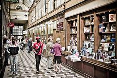 As galerias são passagens cobertas que passam por dentro dos quarteirões, abrigando lojas e restaurantes. Conheça as cinco passagens mais bonitas de Paris.