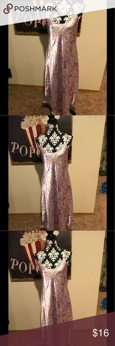 Oscar De La Renta Pink Label Night Gown Small Beautiful paisley printed silky Night Gown in excellent pre owned condition! Oscar De Laurenta pink label Size small 100% polyester Measures approximately 42 inches from neckline to hem Oscar de la Renta Sleepwear Intimates & Sleepwear Chemises & Slips