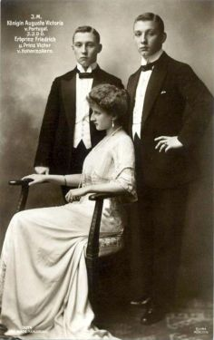SM a Rainha D. Augusta Victoria de Portugal com os seus dois irmãos, o Prince D. Frederick e Príncipe D. Franz Joseph de Hohenzollern.