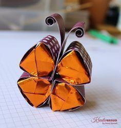 Hallo Ihr Lieben, heute möchte ich Euch die Anleitung für den süßen Schmetterling mit schokoladigem Inhalt gerne zeigen. Gesehen habe ich die Idee für Hersheys bei Brenda. Ich habe mir aber gedacht, dass sich diese Anleitung sicherlich auch auf bei uns üblichere Ferrero Küsschen abändern lässt. Gesagt, getan... hier das Ergebnis: Und so wird es…