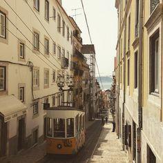 Lisboa em 48 horas   Via Brasil Post   02/07/2015 Passamos um mês incrível em Lisboa, onde comemos de tudo, andamos pelos mais diversos cantos da cidade (e arredores) e conhecemos um tiquinho da grande cultura portuguesa que pulsa ali. #Portugal