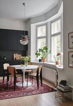 Dieses von Studio Joanna Laajisto eingerichtete Esszimmer im finnischen Lahti birgt die typische Mid-Century-Gemütlichkeit: Viel Holz, kombiniert mit dunklen Tönen und kräftigen Farben.