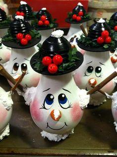 Lightbulb Snowman 2012 Light Bulb Art, Light Bulb Crafts, Painted Light Bulbs, Painted Ornaments, Xmas Ornaments, Christmas Decorations, Lightbulb Ornaments, Lightbulbs, Snowman Crafts
