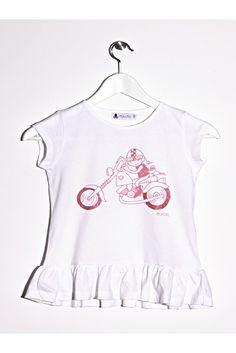 Camiseta de manga corta, tacto de melocotón, de color blanco con volante en el bajo. Estampado motorista con glitter rosa en ruedas y casco. www.mokkima.com
