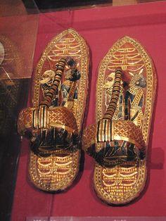 En su visita al museo egipcio en Cairo, las sandalias de Tutankamon Ancient Egypt Art, Old Egypt, Ancient Aliens, Ancient Artifacts, Ancient Greece, Ancient History, Egyptian Jewelry, Ancient Jewelry, Egyptian Art