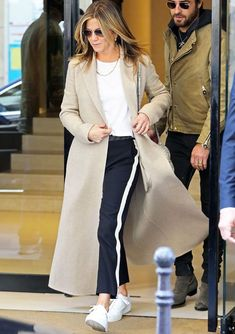 Jennifer Aniston Just Made Sneakers and Track Pants Look Chic - Jennifer Aniston Just Made Sneakers and Track Pants Look Chic Mode Outfits, Casual Outfits, Fashion Outfits, Fashion Trends, Looks Street Style, Looks Style, Estilo Jennifer Aniston, Vetement Hippie Chic, Langer Mantel