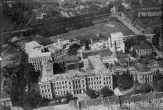 Aufnahme des Zentralbereichs der RWTH vor 1943/44. Rechts neben dem Hauptgebäude ist das Chemische Laboratorium zu sehen, das im Zweiten Weltkrieg zerstört wurde und - im Gegensatz zum Hauptgebäude - nicht wiederhergestellt wurde. Auch der Sportplatz ist noch vorhanden, der später auf den Königshügel versetzt wurde. Quelle: Hochschularchiv