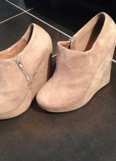 A vendre sur #vintedfrance ! http://www.vinted.fr/chaussures-femmes/compensees/19243062-compensees-simili-daim-beige-taille-41