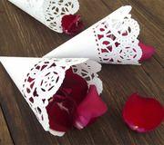 Esse cone de papel rendado é  perfeito para encher de graça um momento tradicional e alegre do casamento: jogar o arroz nos noivos.