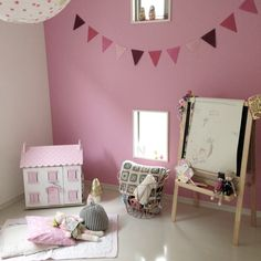 H104 - Sophie's House - 誰もいないと少しさみしい Kids room in Japan www.letoyvan.com Chambre d'enfants Maison de poupée Le Toy Van
