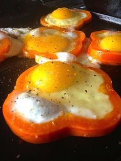 One of the easiest recipes for entertaining a large group and so delicous. Eggs and Pepper Rings | reluctantentertainer.com