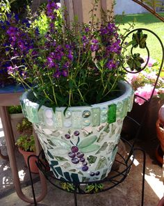 A mosaic pot! So fun! Mosaic Stepping Stones, Pebble Mosaic, Mosaic Diy, Mosaic Crafts, Mosaic Projects, Mosaic Glass, Mosaic Tiles, Stained Glass, Mosaic Planters