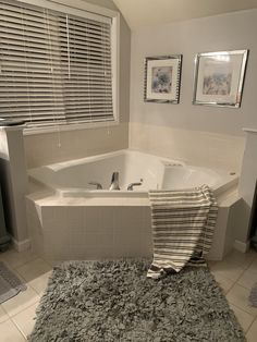 Corner Jacuzzi Tub, Jacuzzi Bathtub, Diy Bathtub, Bathtub Decor, Corner Tub, Bathtub Remodel, Diy Bathroom Remodel, Bathtub Ideas, Whirlpool Bathtub