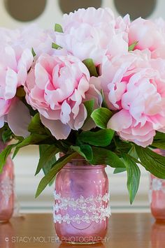 These DIY mason jar flower bouquets create a bold centerpiece with a pop of color perfect for any party. Pink Mason Jars, Colored Mason Jars, Mason Jar Vases, Mason Jar Flowers, Mason Jar Crafts, Mason Jar Diy, Diy Father's Day Gifts Easy, Mother's Day Diy, Diy Mother's Day Centerpieces