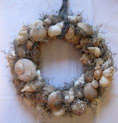 Muscheln - Themenkranz - Türkranz - Tischkranz von kunstbedarf24 auf DaWanda.com Sea Crafts, Baby Crafts, Diy And Crafts, Seashell Wreath, Seashell Crafts, Patriotic Decorations, Christmas Decorations, Christmas Wreaths, Christmas Crafts