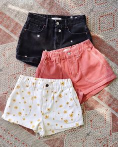 outfit goals Wake up and smell the flowers in the Daisy Utility Shorts from PacSun. Featuring a cute daisy print, these mid-rise shorts are complete with side pockets and an elastic waist Teenage Outfits, Teen Fashion Outfits, Cute Fashion, Girl Outfits, Preteen Fashion, Girl Fashion, Teen School Outfits, Cute Highschool Outfits, Cute College Outfits