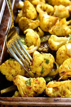 Curry Roasted Cauliflower is so healthy! Fresh cauliflower packed with delicious curry flavor, roasted to perfection. You'll love this healthy side dish recipe! Healthy Side Dishes, Vegetable Side Dishes, Side Dish Recipes, Vegetable Recipes, Vegetarian Recipes, Cooking Recipes, Healthy Recipes, Vegetable Entrees, Keto Recipes