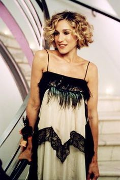 Sarah Jessica Parker ( Carrie Bradshaw ) in flapper style Carrie Bradshaw Outfits, Carrie Bradshaw Estilo, Carrie Bradshaw Hair, Short Curls, Short Curly Bob, Blonde Curly Bob, Sarah Jessica Parker Cheveux, Costume Année 30, Trendy Hairstyles