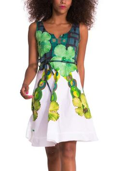 Smile at the good weather! This white dress has a green pattern with bright, embroidered details. The body has a fitted look but the flared skirt gives it plenty of lightness. Sign up for a fresh and summery look!