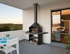 The Smartfocus is a direct descendant of the Hexofocus. The outdoor model is elevated so that its hearth can be used as a work area for placing tools and plates of food ready for grilling. This additionally allows a spacious area for storing wood. Pergola Designs, Pergola Kits, Design Barbecue, Parrilla Interior, Focus Fireplaces, Interior Architecture, Interior And Exterior, Freestanding Fireplace, Terrazzo